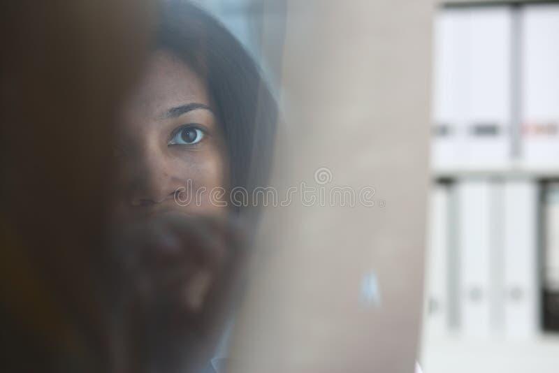 Tenuta nera femminile di medico in braccio e nello sguardo fotografia stock libera da diritti