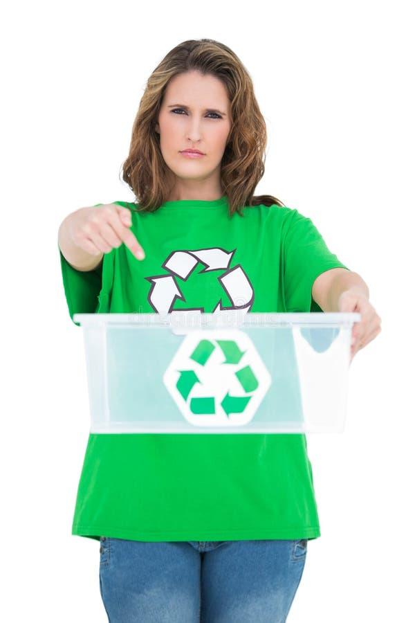 Tenuta seria della donna ed indicare al recipiente di riciclaggio vuoto fotografie stock libere da diritti