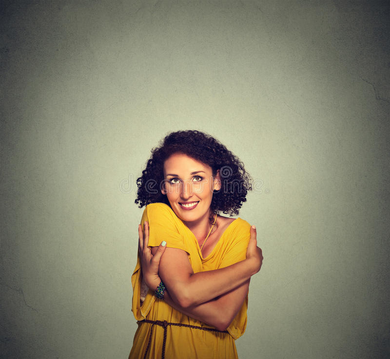 Tenuta sorridente felice della donna che si abbraccia fotografia stock libera da diritti