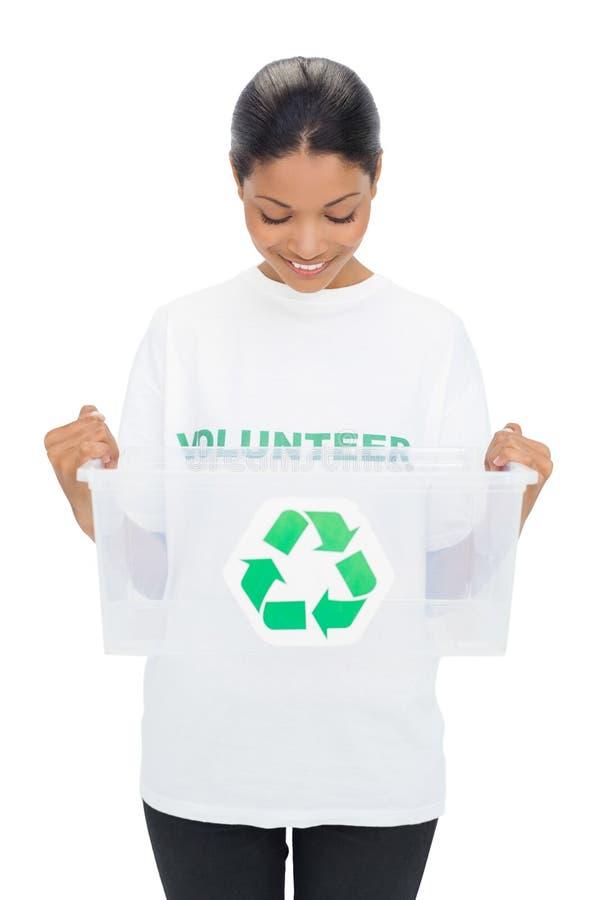 Tenuta volontaria d'uso della maglietta del modello felice che ricicla scatola fotografia stock libera da diritti