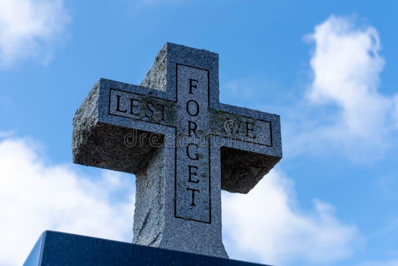 Tenzij wij steen dwarsgedenkteken voor wereldoorlog twee veteranen op een blauwe hemel bewolkte achtergrond vergeten stock foto's