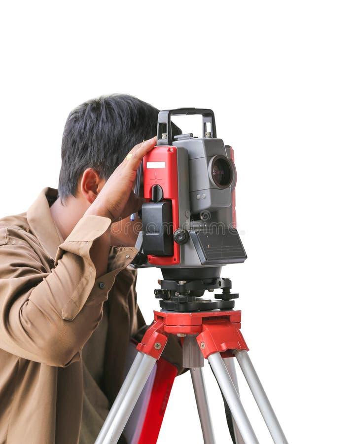 Teodolite livellato d'esame dello strumento di misura sul treppiede al contro fotografie stock libere da diritti
