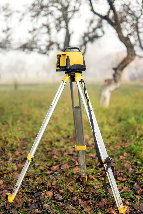 Teodolito nivelado de exame do equipamento de medição no tripé imagens de stock