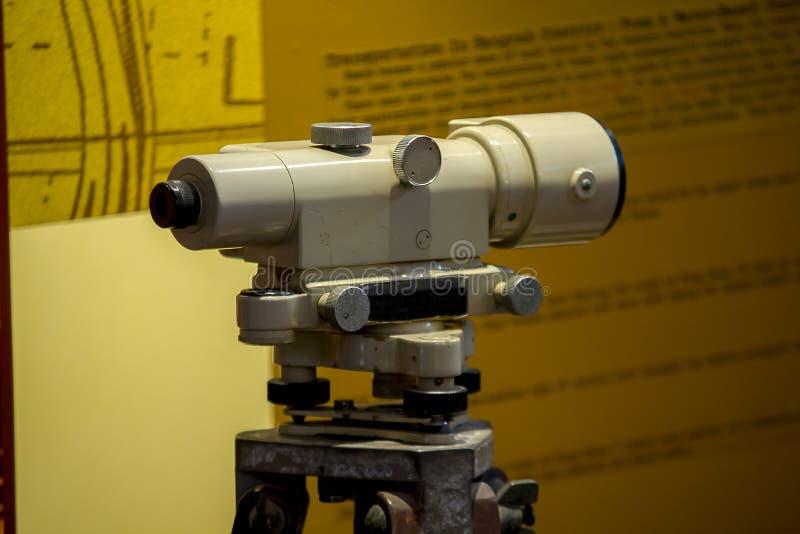 Teodolito viejo para los ángulos y las distancias de medición imágenes de archivo libres de regalías