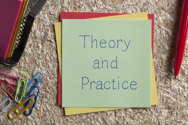 Teoría y práctica escritas en una nota imágenes de archivo libres de regalías