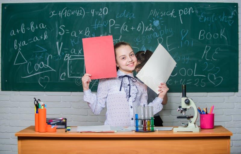 Teori och ?vning Observera kemiska reaktioner Skola f?r formell utbildning Bildande experiment tillbaka skola till skola royaltyfria foton