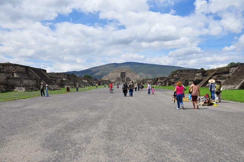 Teotihuacan, México - 06 de julho de 2011: Vista da pirâmide da lua na pirâmide aztec Teotihuacan , antiga cidade mesoamerica em fotografia de stock royalty free