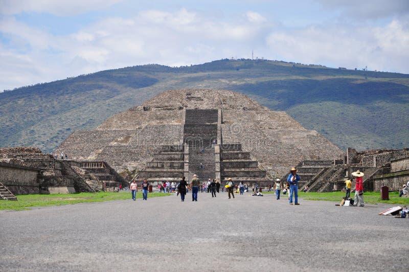 Teotihuacan, México - 06 de julho de 2011: Vista da pirâmide da lua na pirâmide aztec Teotihuacan , antiga cidade mesoamerica em fotografia de stock