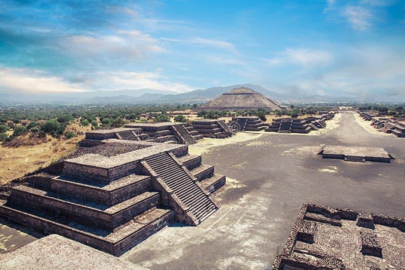 Teotihuacan, Mexico, Piramide van de zon en de weg van DE royalty-vrije stock afbeeldingen