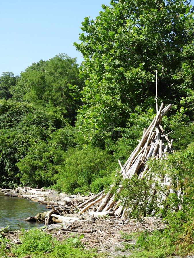 Tepee del legname galleggiante al punto del sale sul lago cayuga immagine stock libera da diritti