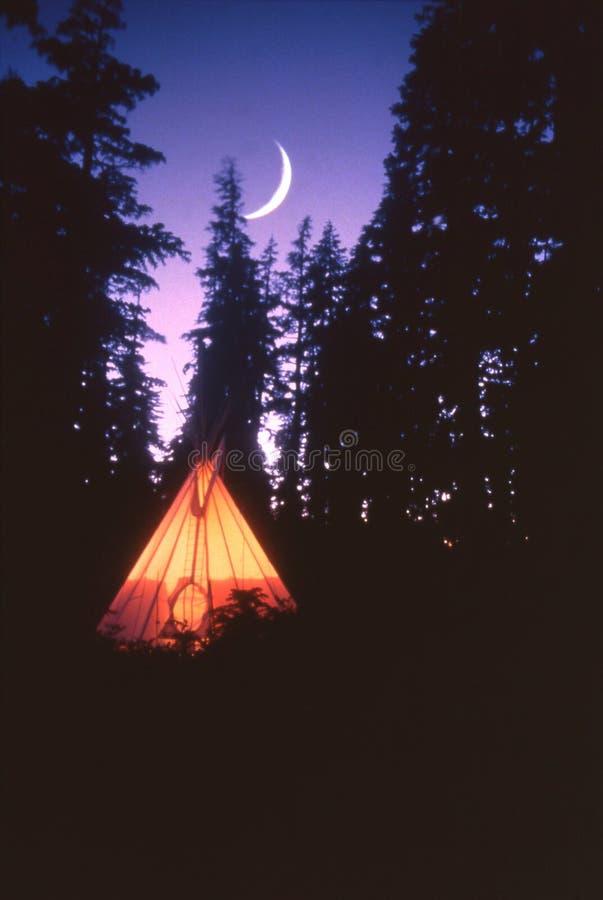 Tepee und Mond lizenzfreie stockbilder