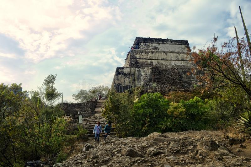 Tepozteco wzgórze Archeologiczny miejsce lokalizować w Meksykańskim stanie Morelos Turyści objeżdża archeologiczną strefę zdjęcie stock