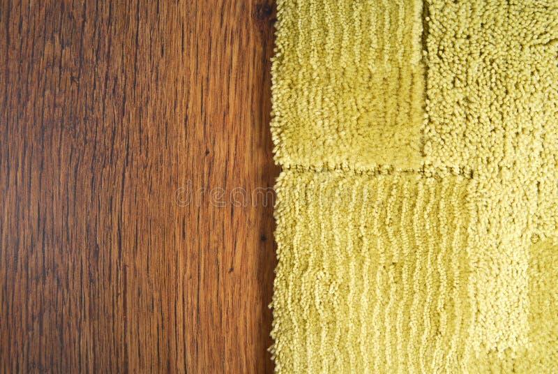 Teppich auf Laminatboden lizenzfreie stockfotos
