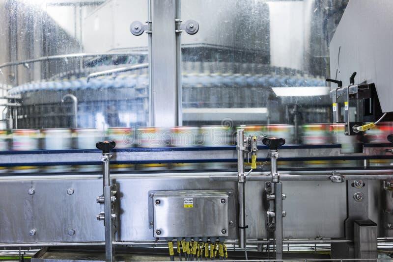 Teppich in der Getränkefabrik, Kühlmittel, zum mit Geschwindigkeit zu überschreiten lizenzfreie stockfotos