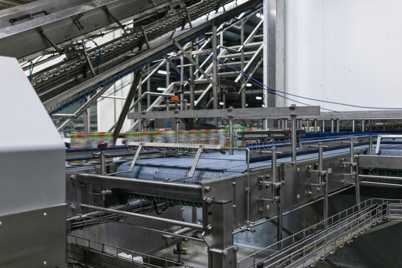 Teppich in der Getränkefabrik, Kühlmittel, zum mit Geschwindigkeit zu überschreiten lizenzfreie stockbilder
