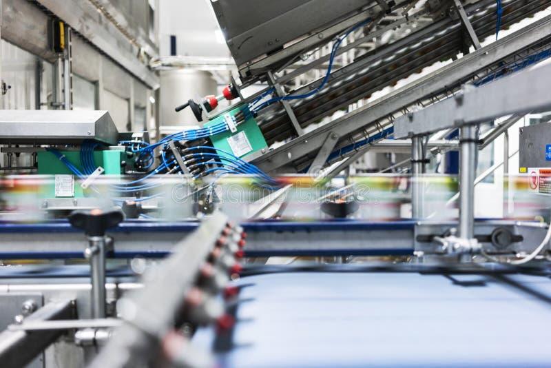 Teppich in der Getränkefabrik, Kühlmittel, zum mit Geschwindigkeit zu überschreiten stockfotografie
