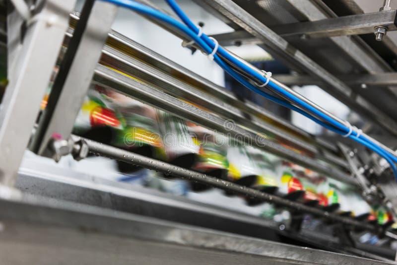 Teppich in der Getränkefabrik, Kühlmittel, zum mit Geschwindigkeit zu überschreiten stockfoto