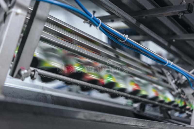 Teppich in der Getränkefabrik, Kühlmittel, zum mit Geschwindigkeit zu überschreiten stockbilder