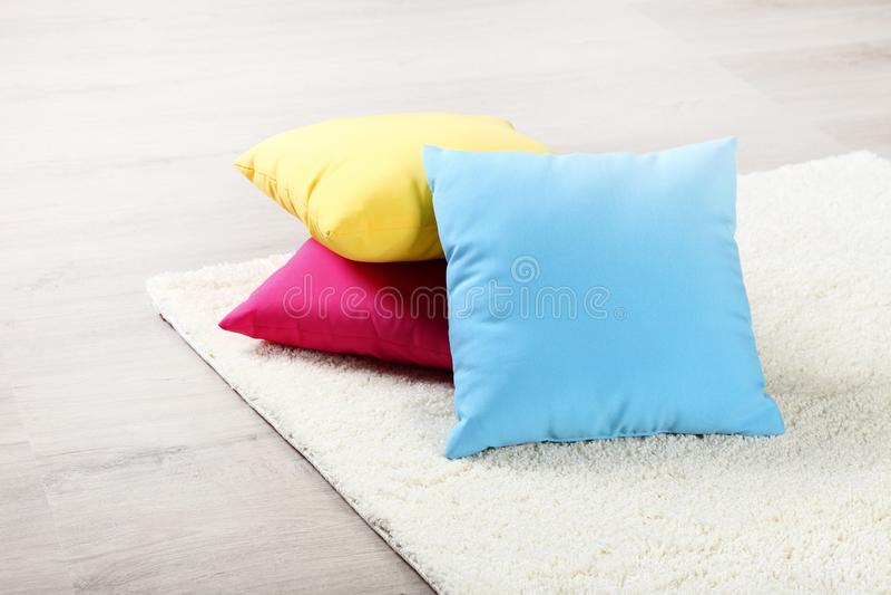 Teppich mit bunten Kissen stockfotos