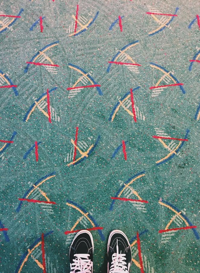 Teppich und Turnschuhe stockbilder