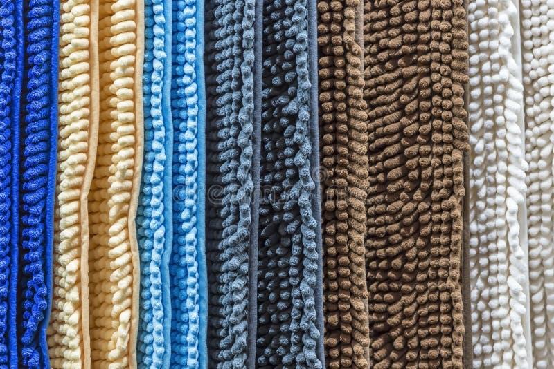 Teppich, Wolldecke, Decke Abstrakter gestreifter Hintergrund von neuen mehrfarbigen Türhauptteppichen für Haus mit einer Textilbe stockfotografie