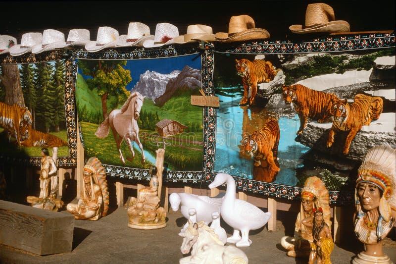 Teppiche, Cowboyhüte und Keramik für Verkauf an einem Verkaufsstand am Straßenrand, San Joaquin CA lizenzfreie stockfotos