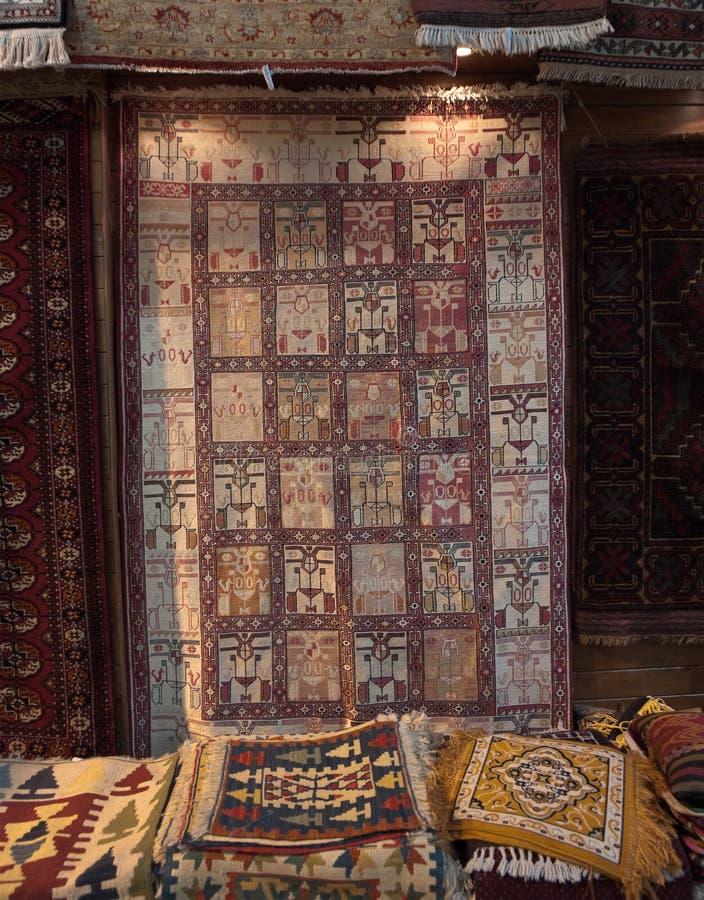Teppiche im großartigen Basar, Istanbul stockfotos