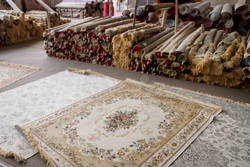 Teppichgeschäft in Markt Masafi Freitag auf Dubai-Fujairah-Straße stockfotografie