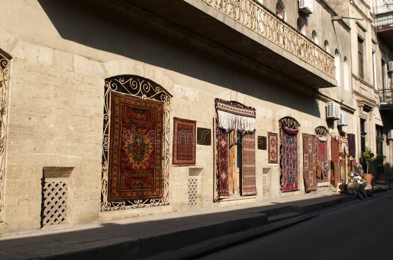 Teppichsystem in der alten Stadt. Baku. stockbilder
