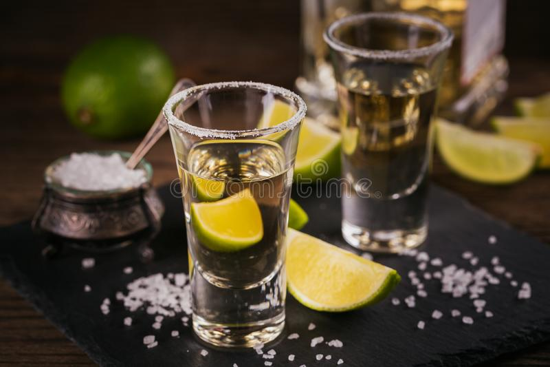 Tequila που πυροβολείται με το άλας ασβέστη και θάλασσας στοκ εικόνα