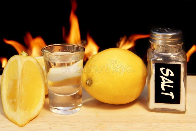 Tequila avec la chaux et le sel sur le fond naturel du feu, XXXL photographie stock libre de droits
