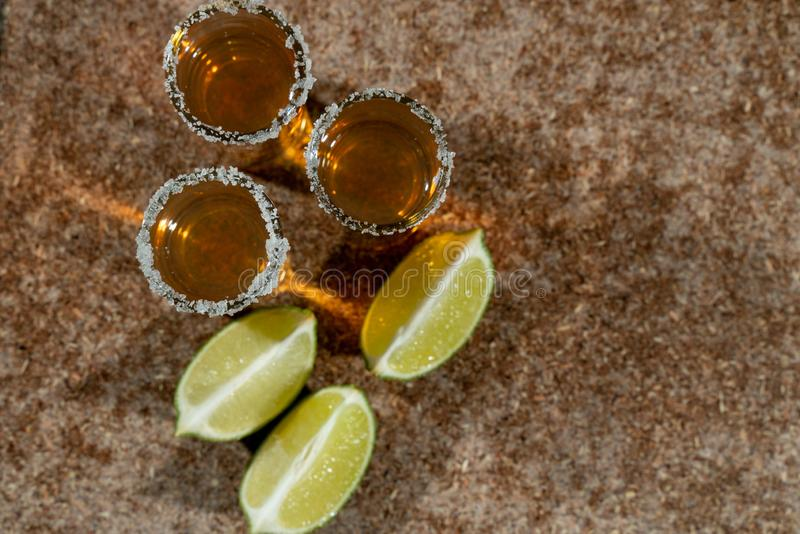 Tequila d'or avec le citron et le sel Boissons, boisson alcoolisée photos libres de droits