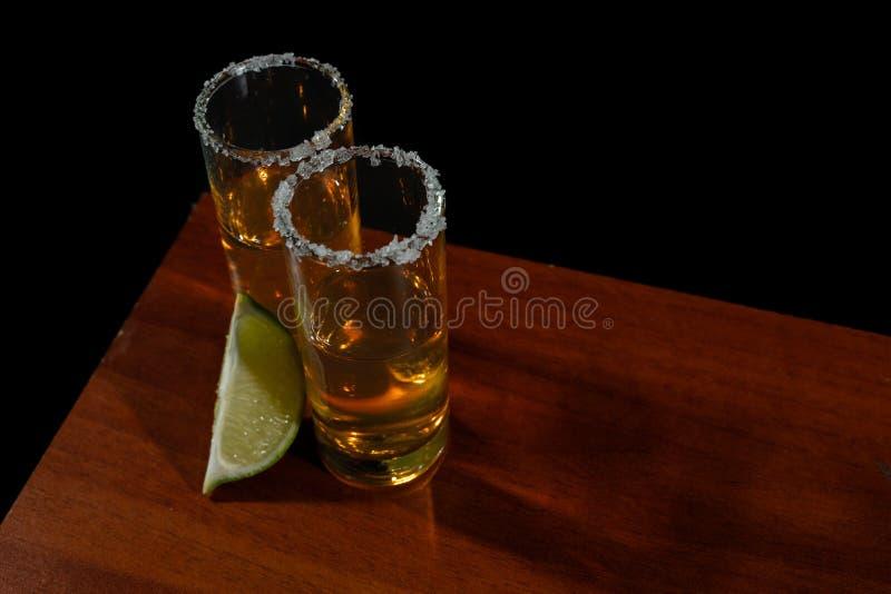 Tequila d'or avec le citron et le sel Boissons, boisson alcoolisée image stock