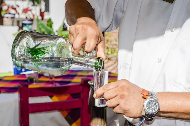 Tequila de derramamento imagens de stock royalty free