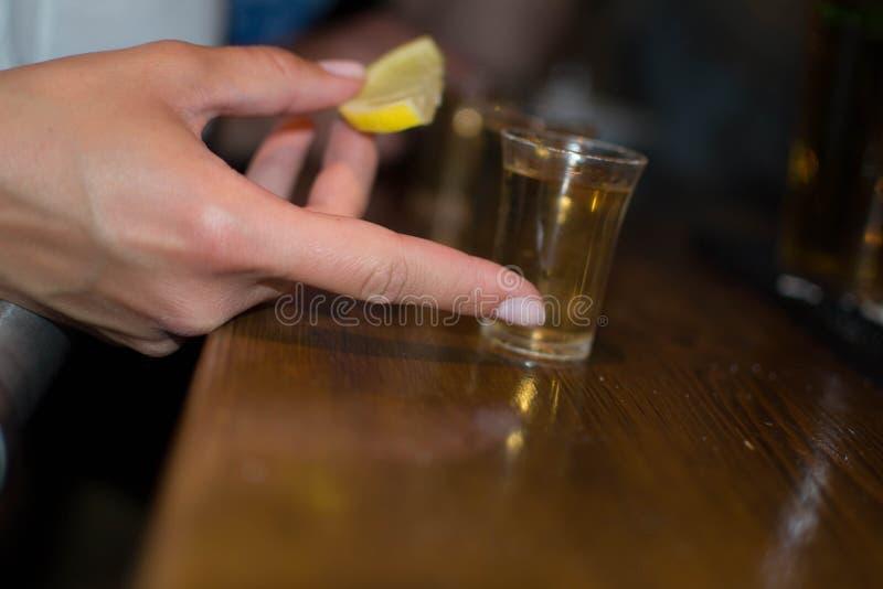 Tequila die met citroen is ontsproten stock afbeeldingen