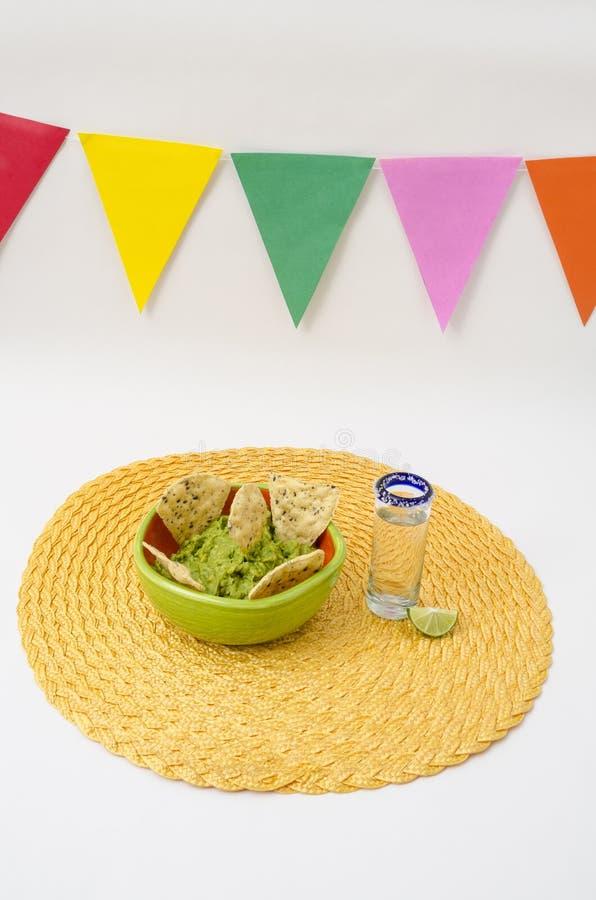 Tequila e guacamole para a celebração de Cinco de Mayo