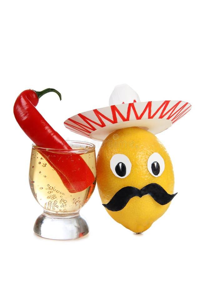 Tequila i exponeringsglas och peppar royaltyfria bilder