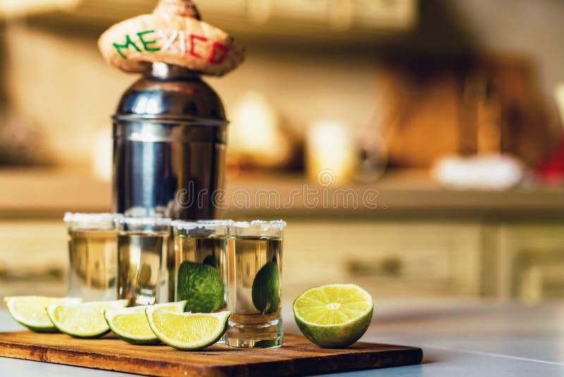 Tequila med limefrukt och den salta selektiva fokusen royaltyfria bilder