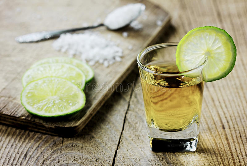 Tequila met kalk en zout wordt geschoten dat stock afbeelding