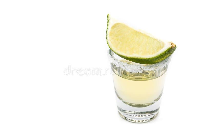 Tequila mexicano do ouro com o cal e o sal isolados no fundo branco imagem de stock royalty free