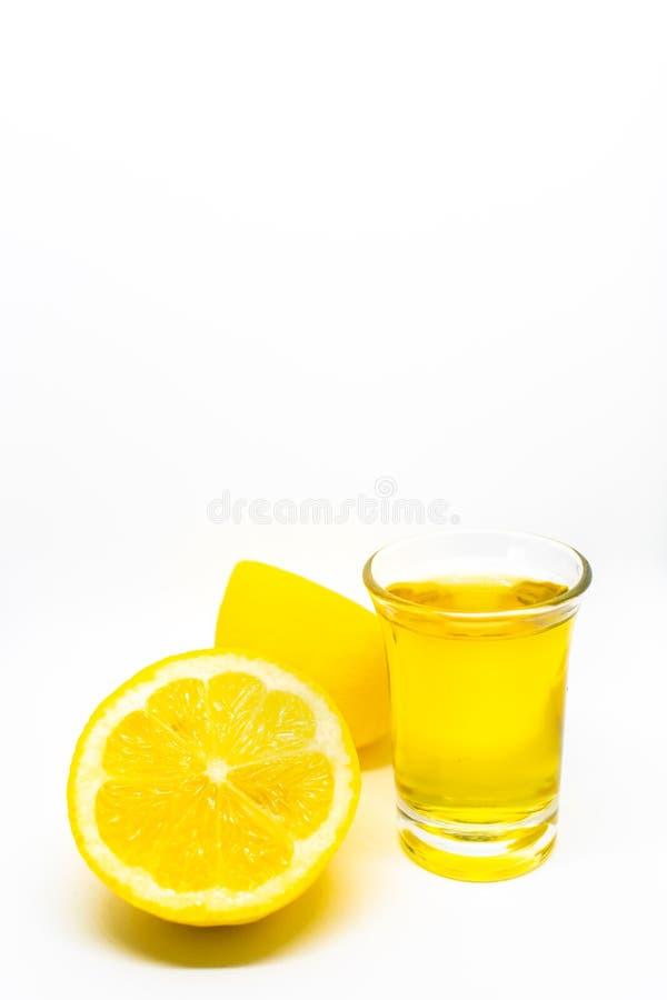 Tequila som skjutas med citronen på en vit isolerad bakgrund arkivbilder
