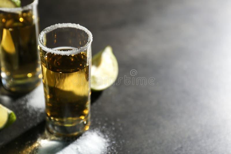 Tequila tirée avec du sel sur la table, photographie stock