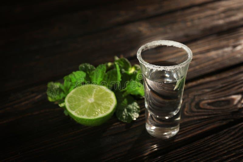 Tequila tirée avec la chaux et le sel juteux photographie stock