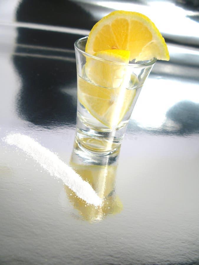 Tequila tirado con el limón y la sal fotos de archivo