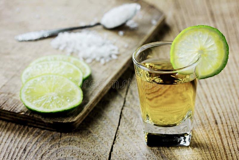 Tequila tirado con la cal y la sal imagen de archivo