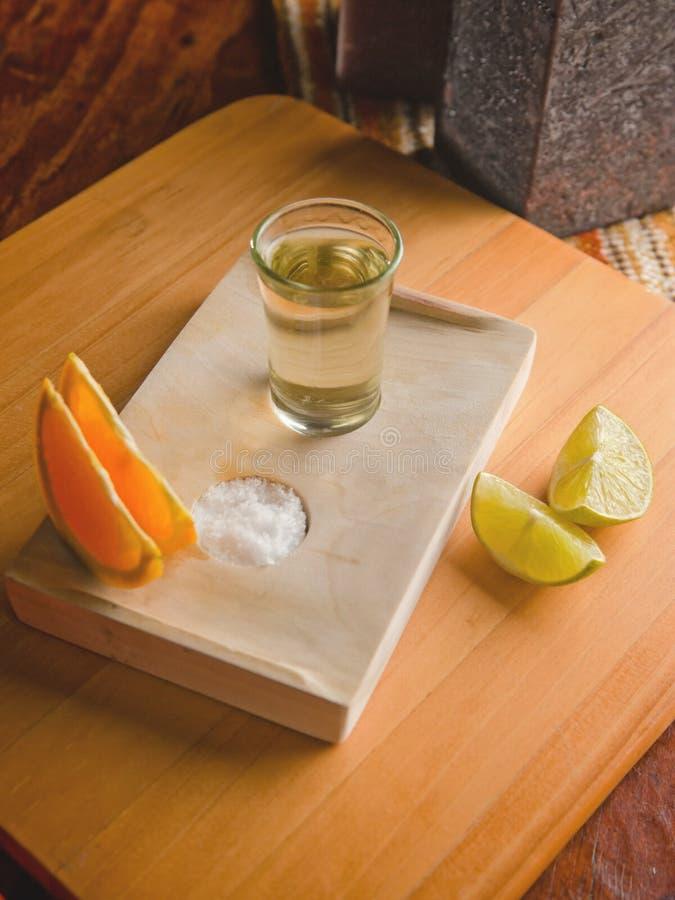 Tequila tirado con las rebanadas de la cal fotos de archivo