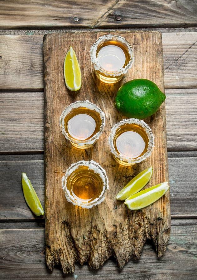 Tequilaen i ett skjutit exponeringsglas av saltar royaltyfri foto