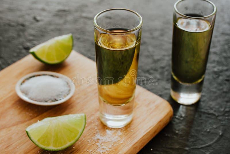 Tequilaschuß, mexikanische alkoholische alkoholische Getränke und Stücke Kalk mit Salz in Mexiko lizenzfreie stockfotografie