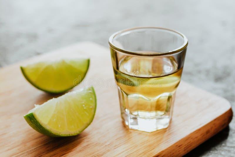 Tequilaschuß, mexikanische alkoholische alkoholische Getränke und Stücke Kalk mit Salz in Mexiko stockbild