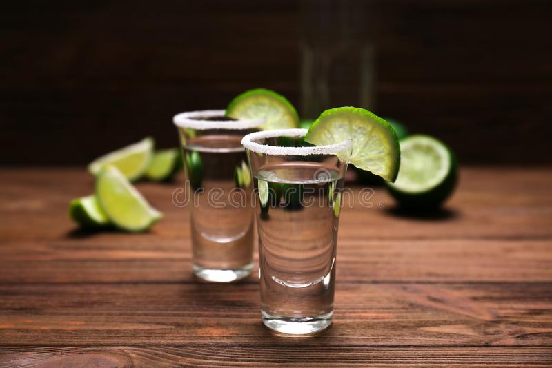 Tequilaskott med saftiga limefruktskivor och saltar royaltyfri bild